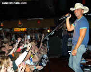 cs-KennyChesney11-Athens12404.JPG (68406 bytes)