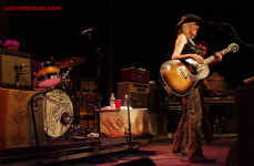 cs-LucindaWilliams12-Atlanta61103.JPG (81805 bytes)